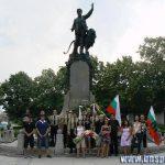 Активисти на БНС пред паметника