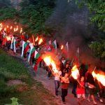 Факелното шествие е в разгара си
