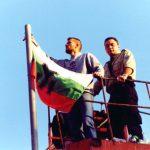 Боян Расате слага знамето на организацията на пилоните над паметника на Ботев
