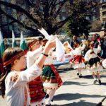 Български деца в народни носии изнасят представление