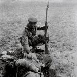 Български войник и загинал боен другар, някъде около Айваз баба, 1912 г.